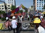 myanmar-para-pengunjuk-rasa-membuat-barikade.jpg
