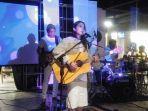nadya-fatira-saat-tampil-di-showcase-musik-dialog.jpg