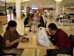 new-normal-food-court-tunjungan-plaza-pasang-sekat-pembatas_20200610_195955.jpg