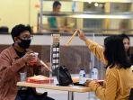 new-normal-food-court-tunjungan-plaza-pasang-sekat-pembatas_20200610_203054.jpg
