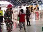 new-normal-pasukan-marinir-berjaga-di-stasiun-palmerah_20200528_130445.jpg