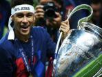 neymar-dan-trofi-liga-champions-yang-diraihnya-bersama-barcelona_20160303_143952.jpg
