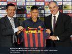 neymar-saat-diperkenalkan-barcelona.jpg