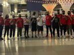 nirmala-dewi-enam-dari-kiri-saat-melepas-timnas-bola-basket-indonesia-u-18.jpg