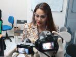 nita-thalia-ajak-wartawan-kunjungi-pabrik-dqueena-cosmetic_20200910_153650.jpg