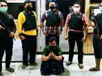 nl-duduk-saat-diperlihatkan-polisi-di-mapolres-bangkalan-senin-412020-malam.jpg