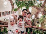 Jalankan Puasa Ramadan, Rizky Kinos dan Nycta Gina Bagi jadwal Mengurus Anak