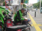 VIRAL Foto Driver Ojol Baca Alquran saat Menunggu Orderan, Pengunggah Ungkap Cerita Lengkapnya