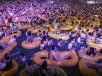 orang-orang-menonton-pertunjukan-musik-sambil-bermain-air-di-wuhan-provinsi-hubei-china.jpg