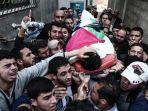 orang-orang-palestina-membawa-tubuh-yaser-murtaja_20180408_001321.jpg