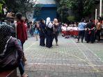 orangtua-murid-menunggu-anak-anaknya-di-hari-pertama-k_20170710_103259.jpg