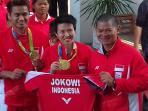 owi-memamerka-jersey-jokowi-indonesia_20160824_112055.jpg