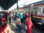 pandemi-covid-19-suasana-penumpang-stasiun-tanah-abang-dan-mang_20200609_105218.jpg