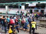 pandemi-covid-19-suasana-penumpang-stasiun-tanah-abang-dan-mang_20200609_105405.jpg