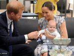 pangeran-harry-dan-istrinya-meghan-menggendong-bayi-laki-laki-mereka-archie.jpg