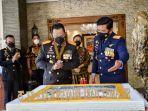Panglima TNI Beri Kejutan Kue Ulang Tahun ke Kapolri di Hari Bhayangkara ke-75