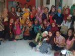 para-anggota-kumunitas-batik-saat-foto-bersama_20181105_220210.jpg