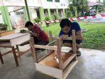 para-guru-gotong-royong-membuat-80-meja-baru.jpg