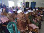 para-lansia-mengenakan-topi-toga-warna-ungu-dari-kertas_20181015_223649.jpg