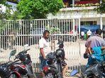 para-orangtua-siswa-saat-menunggu-pihak-kepala-sekolah-di-sd-064025.jpg