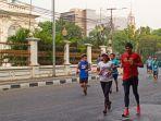 para-pelari-marathon-sedang-melintasi-jalan-gedung-kesenian-sebagai-salah-satu-rute-lintasan.jpg