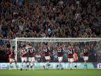 para-pemain-aston-villa-merayakan-kemenangan-bersama-para-fans.jpg