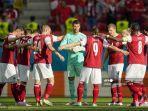 para-pemain-austria-berkumpul-sebelum-pertandingan-sepak-bola-grup-c.jpg