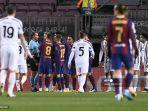 para-pemain-barcelona-berdebat-dengan-wasit-jerman-tobias-stieler.jpg