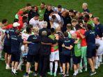 para-pemain-berkumpul-di-sekitar-pelatih-swiss-bosnia-swiss-vladimir-petkovic.jpg