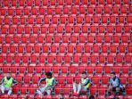 para-pemain-cadangan-bayern-munchen-saling-menjaga-jarak-dan-duduk-di-tribun-penonton.jpg
