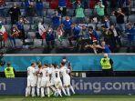 para-pemain-italia-merayakan-gol.jpg