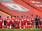 para-pemain-keluar-untuk-pertandingan-sepak-bola-liga-inggris-liverpool-vs-fulham-di-anfield.jpg