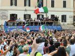 para-pemain-tim-nasional-sepak-bola-italia-berparade-dengan-trofi-uefa-euro-2020.jpg