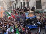 para-pemain-tim-nasional-sepak-bola-italia-berparade.jpg