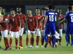 para-pemain-timnas-indonesia-bersalaman-dengan-pilar-thailand_20171001_085830.jpg