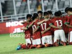 para-pemain-timnas-u-19-indonesia-berkumpul-di-dalam-lapangan-jelang-laga-kontra-timnas-u-19-jepang_20181107_204229.jpg