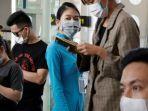 para-penduduk-dan-petugas-di-bandara-kota-da-nang-vietnam.jpg