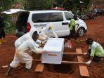 para-penggali-kubur-di-pemakaman-covid-19-tpu-pondok-ranggon_20200923_003823.jpg