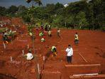 para-penggali-kubur-di-pemakaman-covid-19-tpu-pondok-ranggon_20200923_004244.jpg