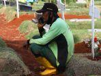 para-penggali-kubur-di-pemakaman-covid-19-tpu-pondok-ranggon_20200923_011243.jpg