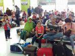 para-penumpang-yang-hendak-berangkat-dari-stasiun-gambir_20161226_174237.jpg