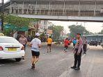 para-polisi-sedang-berjaga-di-lintasan-pelari-marathon-di-jalan-ju.jpg