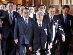 para-politisi-jepang-dipimpin-hidehisa-otsuji-berziarah-ke-kuil-yasukuni_20150422_095406.jpg