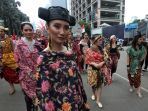 parade-batik-nusantara-di-car-free-day_20171001_124254.jpg