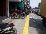 parkir-liar-di-trotoar_20180323_214032.jpg