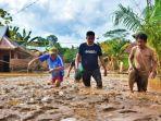 pasca-banjir-konawe-warga-masih-kesulitan-berjalan-karena-lumpur-yang-tebal.jpg