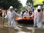 Kebanjiran, Satu Keluarga Pasien Covid-19 di Bekasi Terpaksa Dievakuasi Petugas ke Kantor RW
