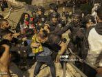 pasukan-keamanan-israel-mendorong-pengunjuk-rasa-palestina.jpg
