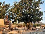 patung-bung-karno-di-samping-pohon-sukun.jpg