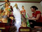 patung-dewa-dewa-vihara-gunung-timur-dibersihkan-sambut-imlek_20160205_153959.jpg